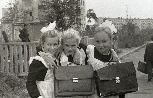 Школьные портфели. Никаких рюкзачков не было. Были ранцы для мальчиков, но достаточно редко. СССР, история, школа