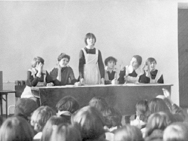 А это собрание. Комсомольское собрание, куда же без него. Собрание - это скучно. СССР, история, школа