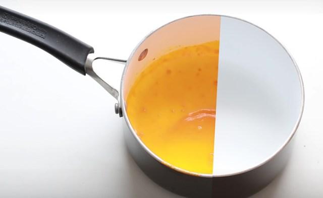 Чистим сковороды и кастрюли от жира быстро и легко.
