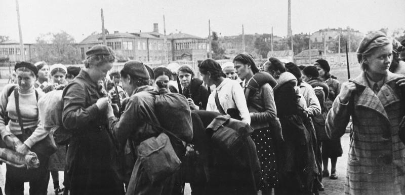 Девушки-ополченцы готовятся к отбытию на защиту Москвы.