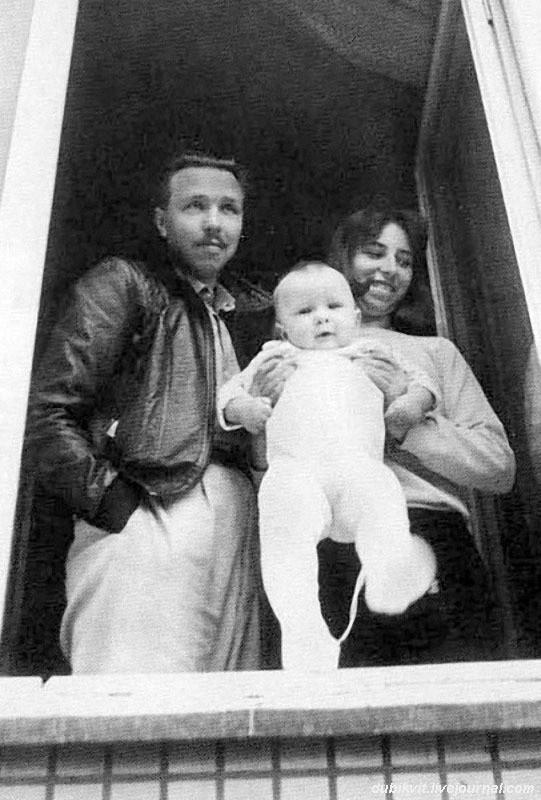 В 1986 году Гарик Сукачев жил с женой и ребенком в рабочем Тушине на первом этаже блочного дома. Фото В. Марочкина семья, слушают, фото