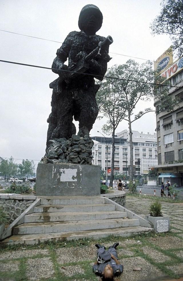 Убитый полковник южно-вьетнамской армии на площади Лам Сон. 30 апреля 1975