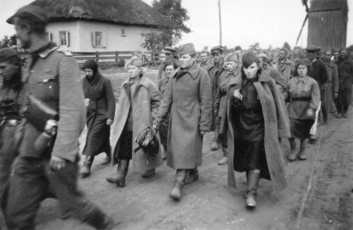 Советские женщины в колонне военнопленных.