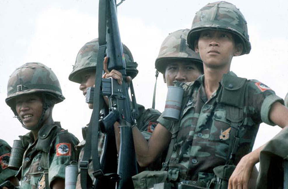 Последние солдаты южно-вьетнамской армии перед падением Сайгона. Апрель 1975
