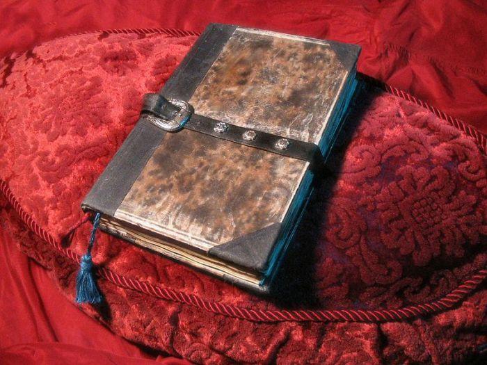 Этот Некрономикон выполнен почитателем Лавкрафта. | Фото: ru.wikipedia.org.