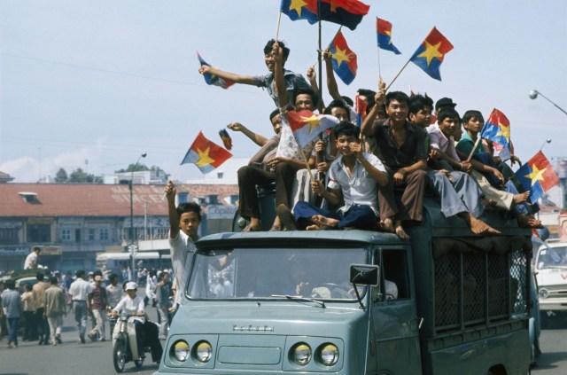 Вьетнамцы празднуют падение Сайгона. 30 апреля 1975