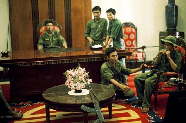 Солдаты Северного Вьетнама во дворце после падения Сайгона 30 апреля 1975 года