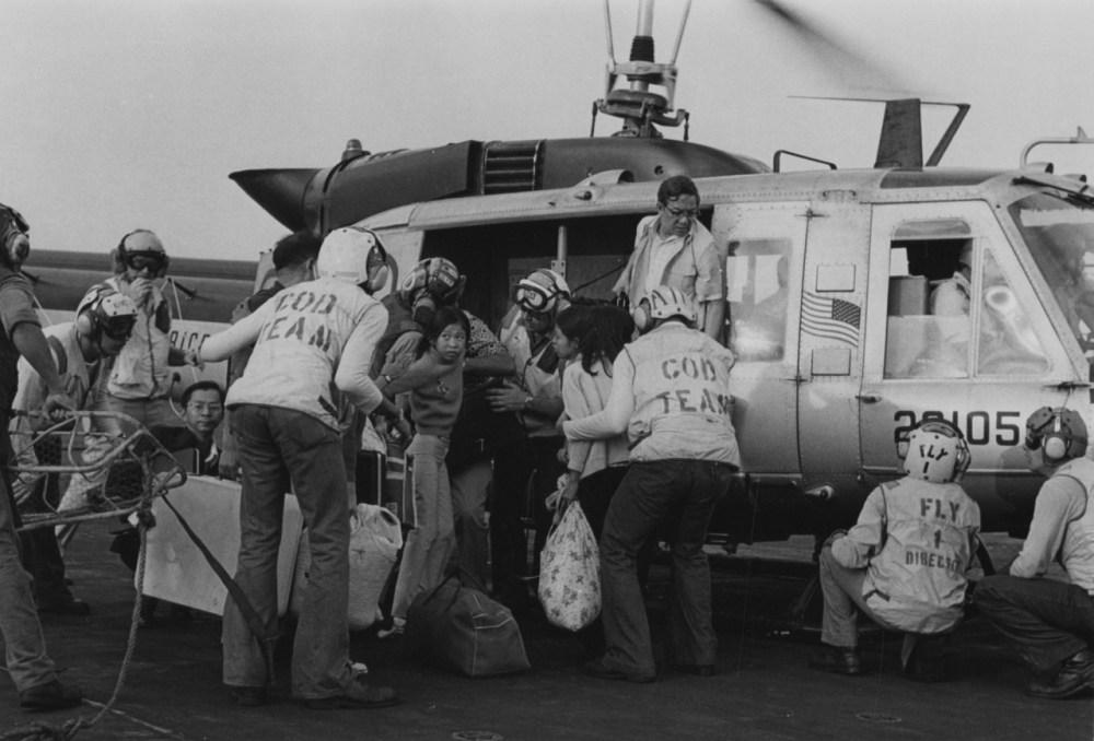 Эвакуированные на борту USS Hancock