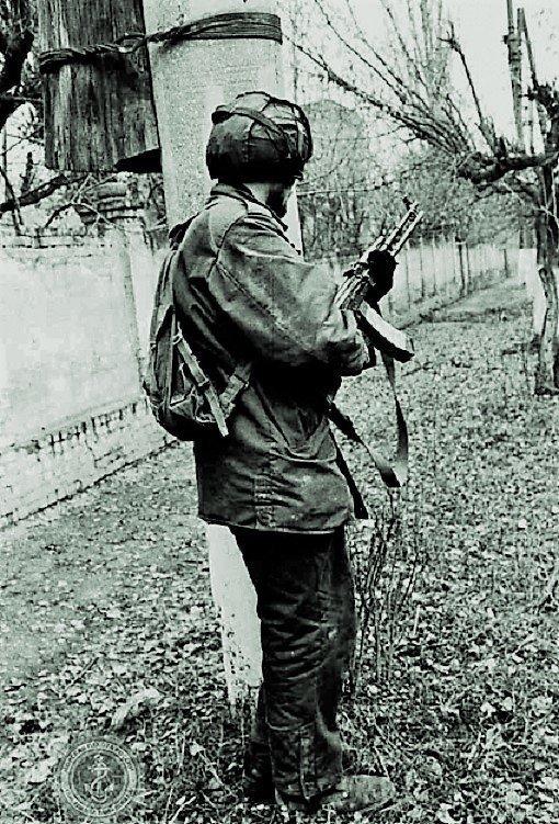 Андреевский флаг над чеченским дворцом Андреевский флаг, Первая чеченская война, морпехи
