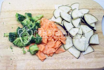 Порезать баклажан и морковь пластиком, а брокколи разрезать на сегменты поменьше