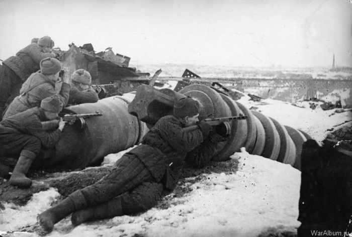 Он сжёг себя вместе с танком врага. Увидев это, гитлеровцы в ужасе разбежались.
