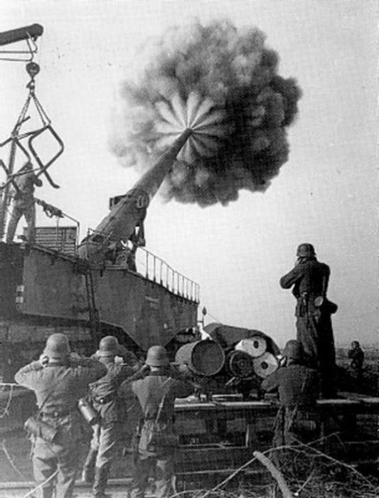 Выстрел немецкого сверхтяжелого орудия.