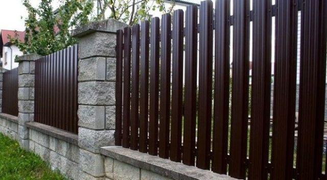 Этот забор хороший выбор для загородного домика Не сильно вычурный и не броский но со вкусом
