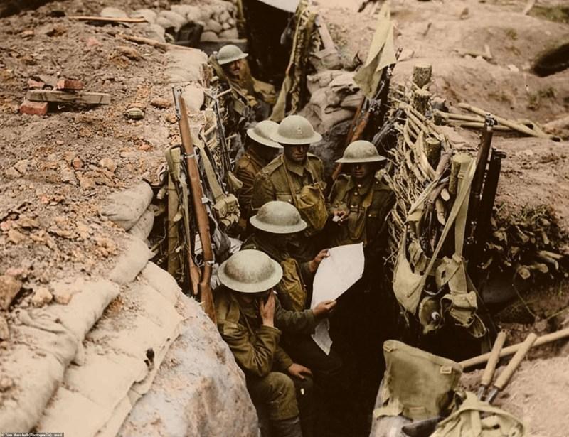 Солдаты 12 батальона Восточного Суррейского полка британской армии, во время Мессинской битвы, 11 июня 1917 г. архивное фото, колоризация, колоризация фотографий, колоризированные снимки, первая мировая, первая мировая война, фото войны