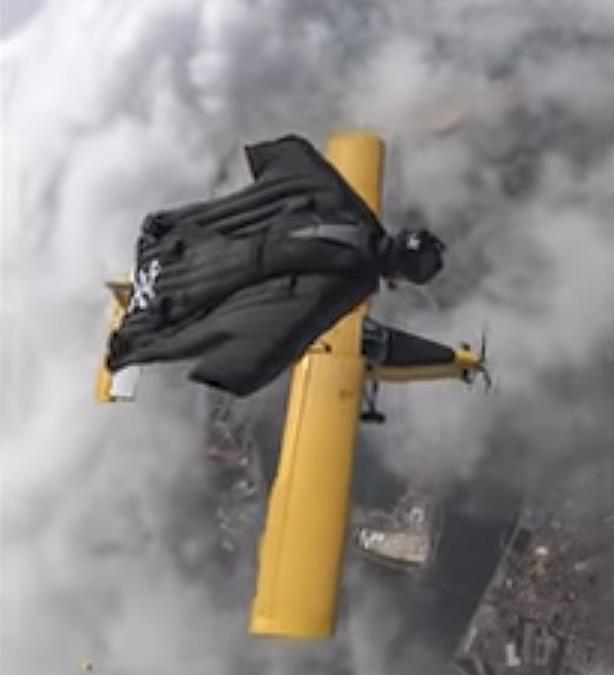 Норвежский экстремал пролетел рядом с самолетом на высоте 4,5 тысяч метров