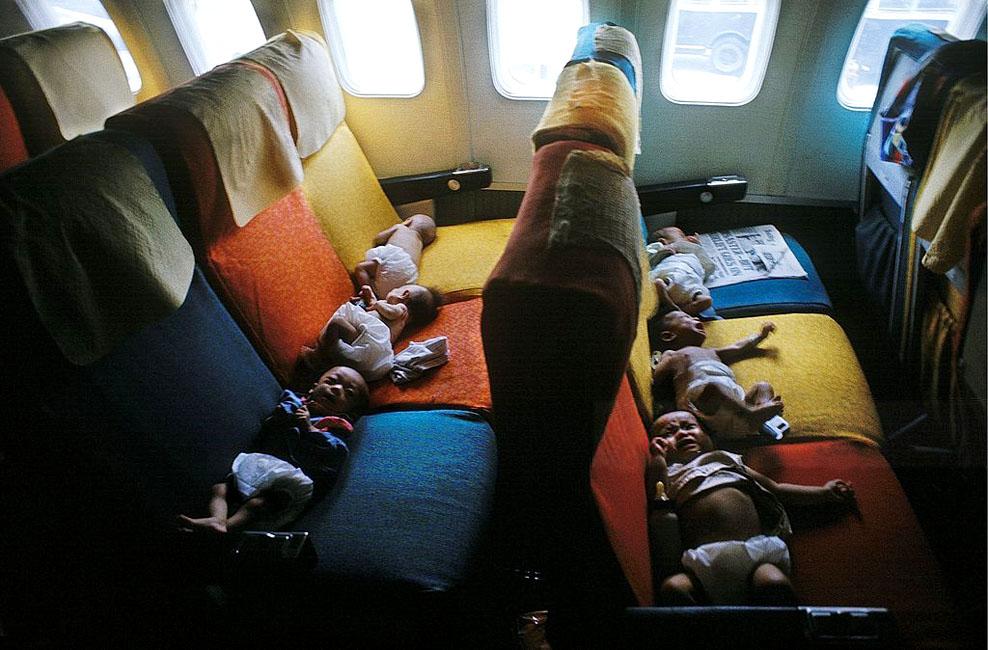 Южно-вьетнамские дети на рейсе из Сайгона в США (возможно, в Сан-Франциско) во время операции Babylift, массовая эвакуация детей из Южного Вьетнама в конце войны во Вьетнаме с 3 по 26 апреля 1975 года