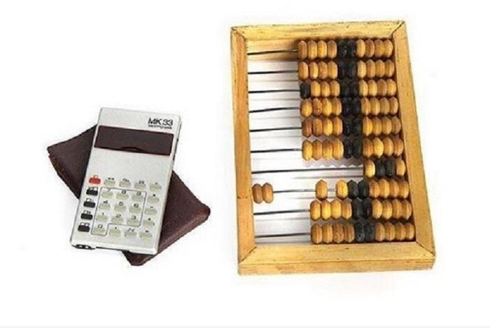 Деревянные счеты и престижный калькулятор «Электроника МК-33» были главными помощниками школьника при работе с цифрами.