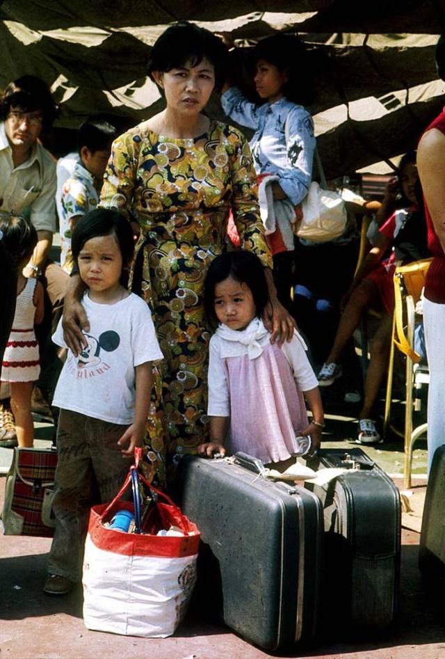 Семья вьетнамцев ждет эвакуации в апреле 1975 года в Сайгоне