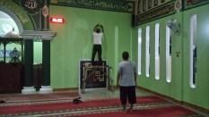 Finisihing pemasangan Kaligrafi di masjid pada malam hari