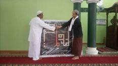 Penyerahan Kaligrafi Kufi Baca & Amalkanlah Al Qur'an Oleh Ketua Majelis Talim Griya Al Qur'an kepada Bpk Jamal (DKM masjid Al Falah)