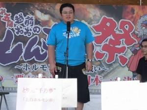 """第五陣越前おおのとんちゃん祭のスタッフをしました。 あいさつをする越前おおの""""とんちゃん""""を愛でる会会長 田嶋大樹氏/どこまでもアマチュア"""