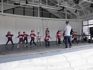 第五陣越前おおのとんちゃん祭のスタッフをしました。 ちびっ子たちがリーダーの指示に従って動きの確認をしているストリートダンスのリハーサル/どこまでもアマチュア