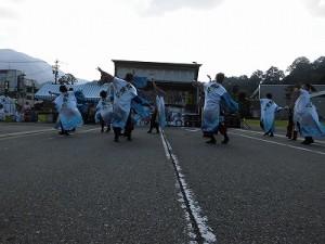 第五陣越前おおのとんちゃん祭のスタッフをしました。 白地に文字の入った法被で踊る酔舞心/どこまでもアマチュア