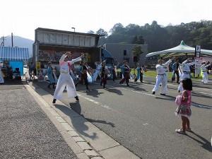 第五陣越前おおのとんちゃん祭のスタッフをしました。 右手前の彼女も見とれる両グループ合同でヨサコイ演舞/どこまでもアマチュア