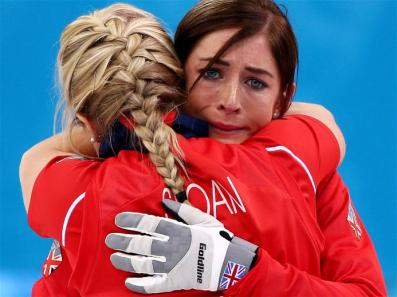 Eve Muirhead & Anna Sloan Dari Negara Inggris Raya Merayakan Kemengan Timnya Atas Swiss Pada Perebutan Medali Perunggu. (Sumber : http://www.sochi2014.com/en/photos)