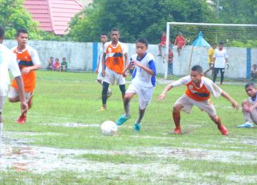 nahzulhaq (tengah) vs Putra Kenari menguasai bola