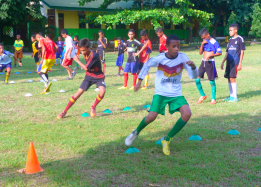 Latihan di lapangan sekolah
