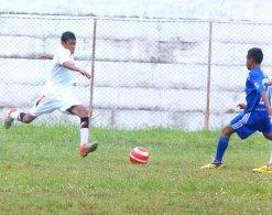 Sahron Beleng (merebut bola)