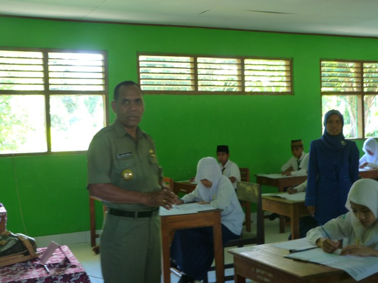 Bupati Alor Drs. Amon Djobo mengunjungi siswa MTsN Kalabahi