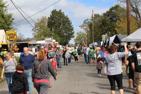 People fill the streets at the Bell Buckle Craft Fair in Bell Buckle, Tenn. on Oct. 21-22. (Tayhlor Stephenson / MTSU Sidelines)