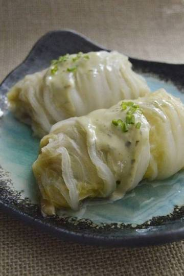 Rollitos de col china rellenos de arroz y lentejas