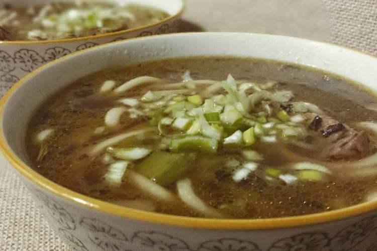 sopa de udon y ternera al té negro
