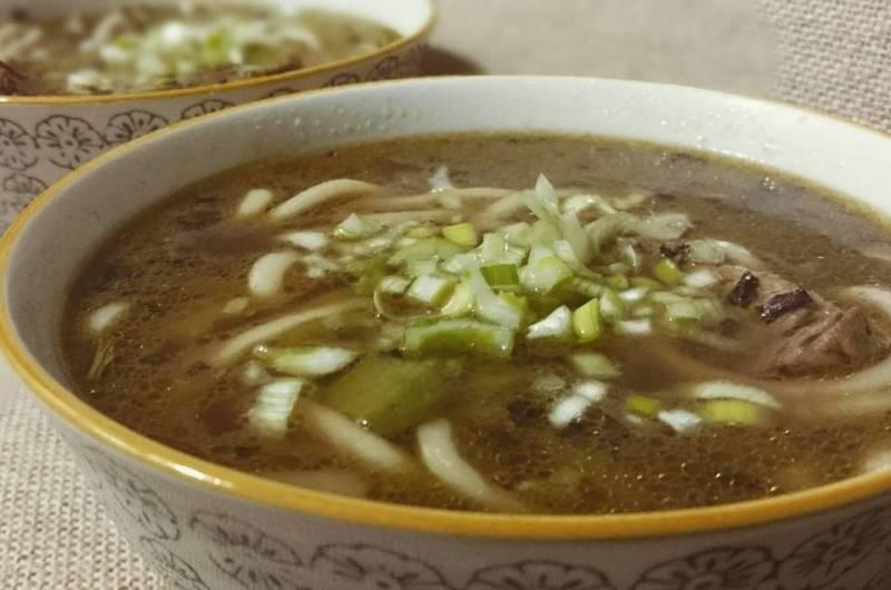 Sopa de udón y ternera al té negro