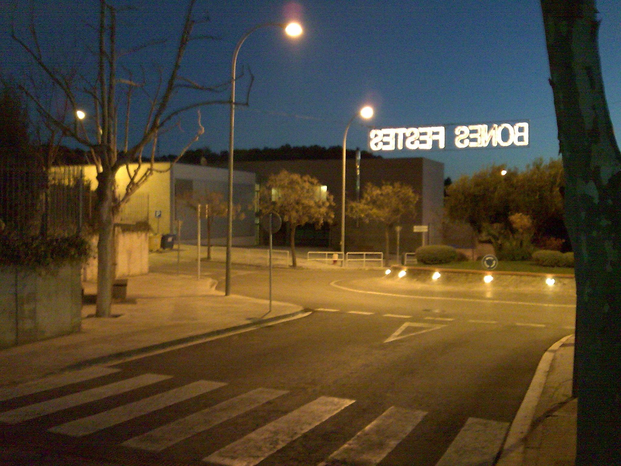 """Si, lo de detrás es un instituto, y en el cartel pone """"Buenas Fiestas"""""""
