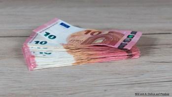 Geldscheine auf einem Tisch