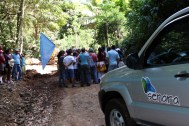 An official from SENARA meets with the protesters midmorning to discuss the situation. Photo by Catherine Wendlandt.