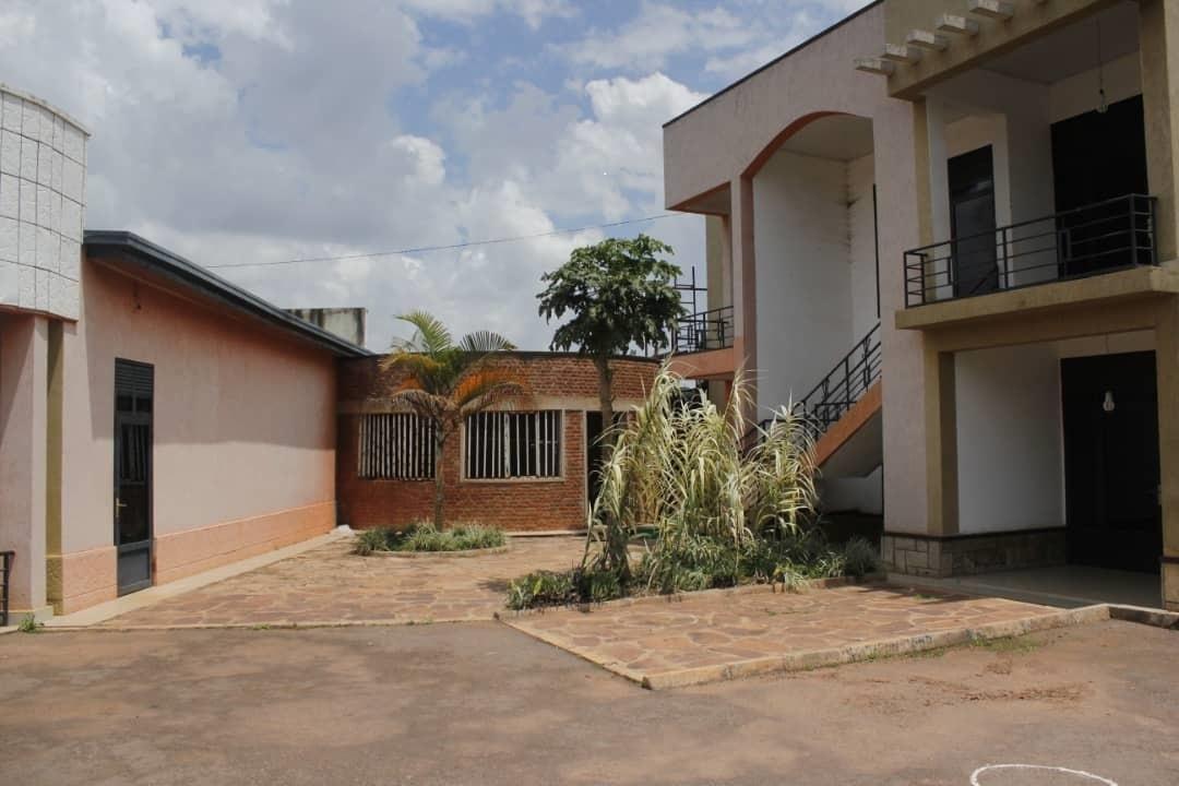 Inyubako nziza ya etage igurishwa iherereye bumbogo ku muhanda ugiye kujyamo kaburimbo, Igiciro; 120,000,000frw