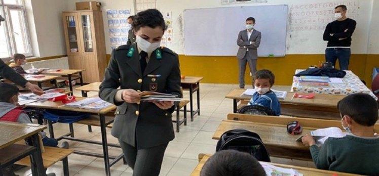 Van Erciş'te askerlerden öğrencilere kitap ve Türk Bayrağı hediye