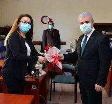 Kırşehir Valisi Akın'dan kadın personellerine karanfil