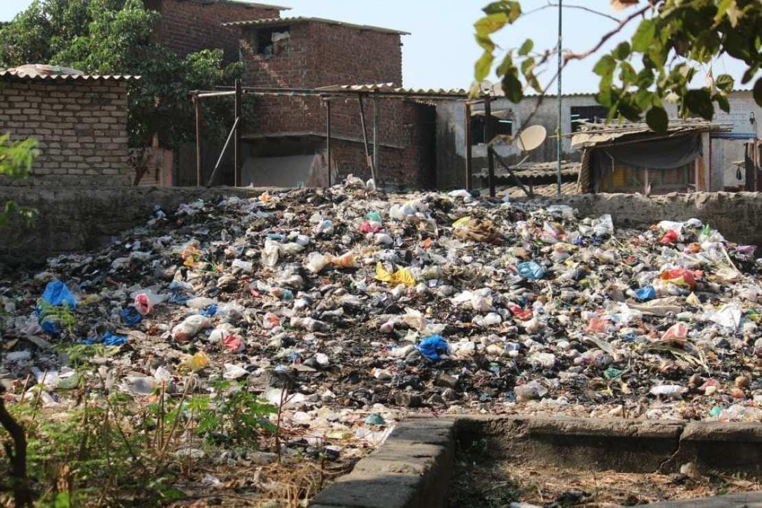 Земля заваливается мусором