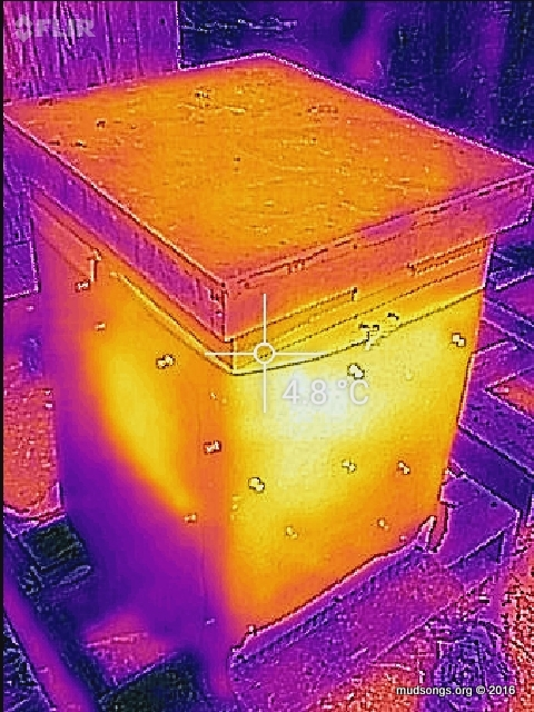 The wrap on this hive is loose on the bottom left.  I can't get a useful thermal reading off it. (Dec. 07, 2016, 10:16am, -10°C.)