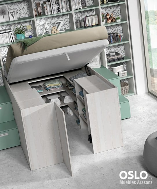 Habitación juvenil con cama elevable y armario abierto debajo
