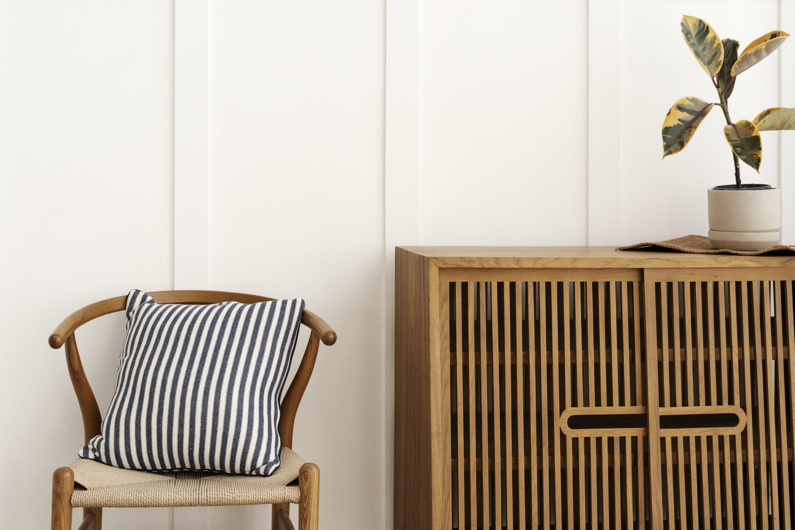 Un ambiente otoñal se puede crear con muebles de madera, decoración de cerámica y textiles como la lana o el algodón.