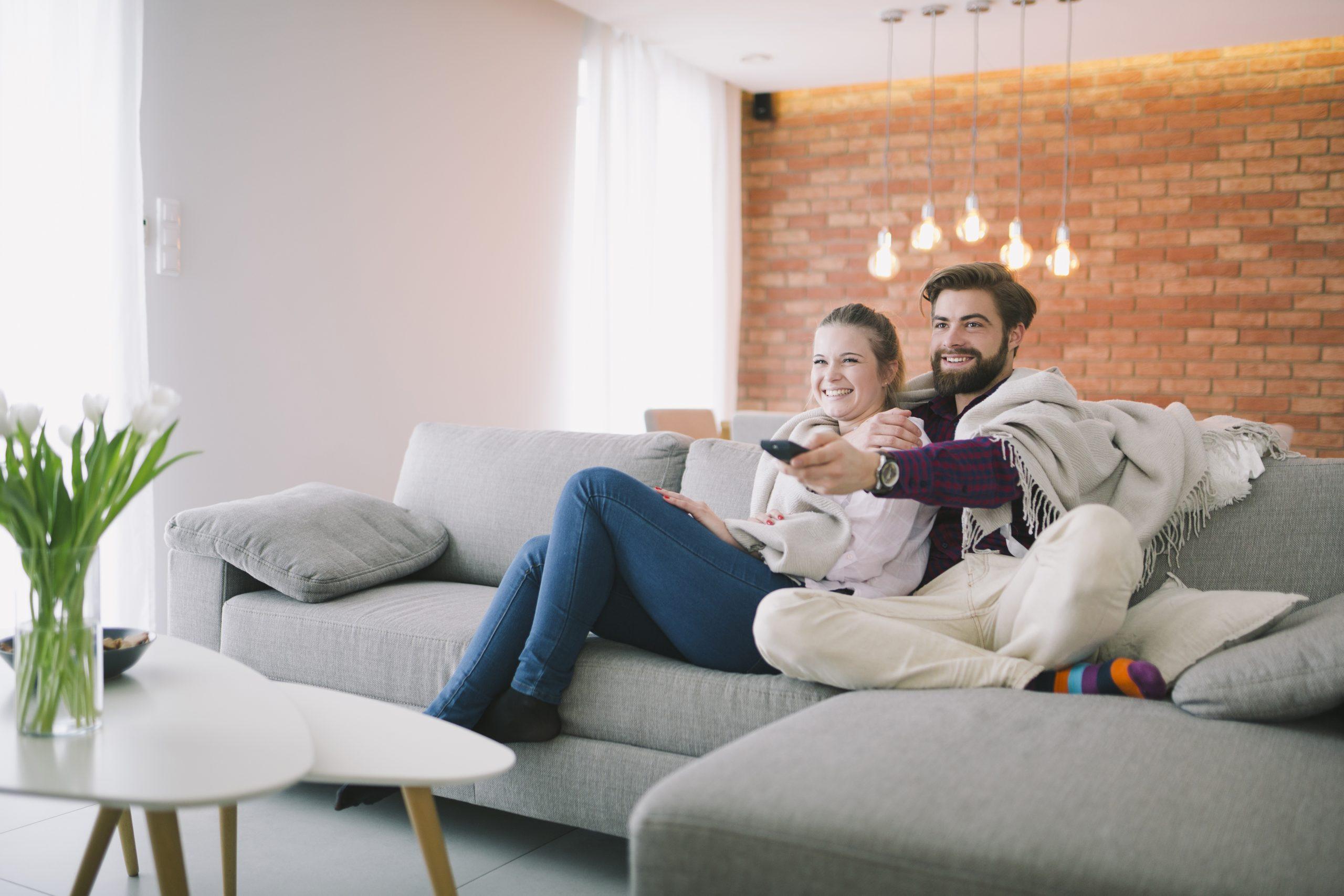 El respaldo de un sofá debe cubrir tu espalda y cuello para tu comodidad. Los cojines pueden ser lineales, redondos, etc.