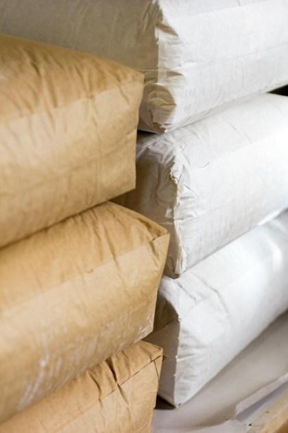 In 25 Kilogramm-Säcken lagern wir das Mehl.