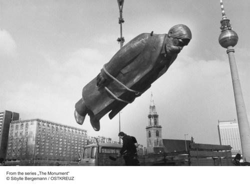 Setting up of the Friedrich-Engels-Sculpture at Sibylle Bergemann: Aus der Serie »Das Denkmal«| © Sibylle Bergemann /  OSTKREUZ